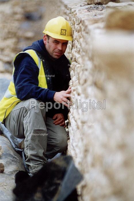Dry stone wall builder , Midas construction site Mamlsbury Witshire - Paul Box - 2001-05-18