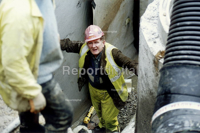 Construction workers , Midas construction site Mamlsbury Witshire - Paul Box - 2001-05-18