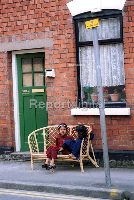 Asian children sitting on the pavement Gloucester - Paul Box - 2001-05-14