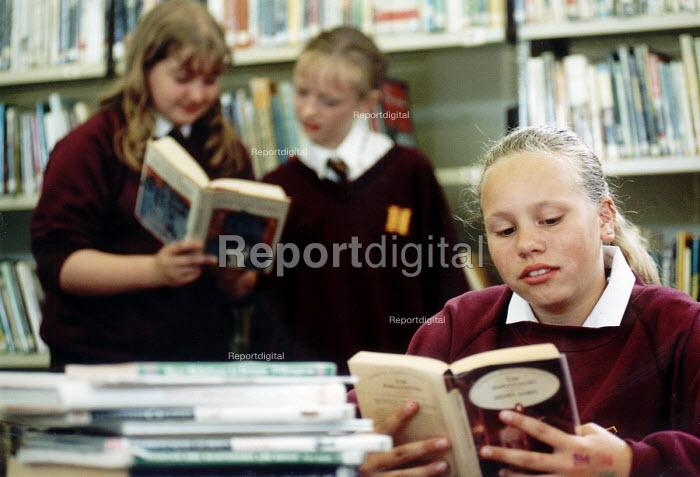 Pupils of Hanham High School, Bristol in their library. - Paul Box - 2001-06-15