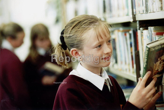 Pupils of Hanham High School, Bristol in their library. - Paul Box - 2001-06-15