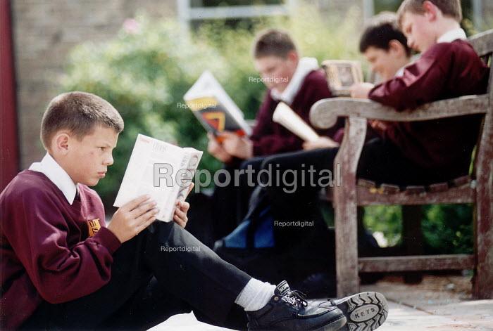 Pupils of Hanham High School, Bristol reading in their lunch break - Paul Box - 2001-06-15
