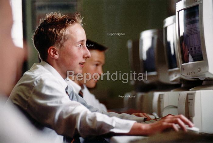 Pupils of Hanham High School, Bristol in computing lesson - Paul Box - 2001-06-15