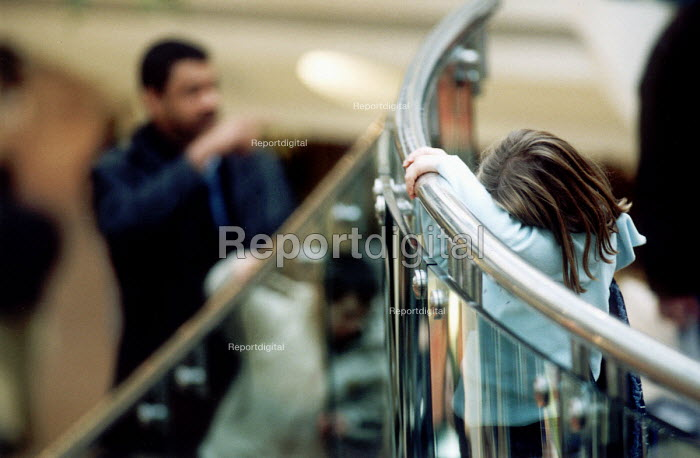 Child lost in a shopping mall - Paul Box - 2001-07-14