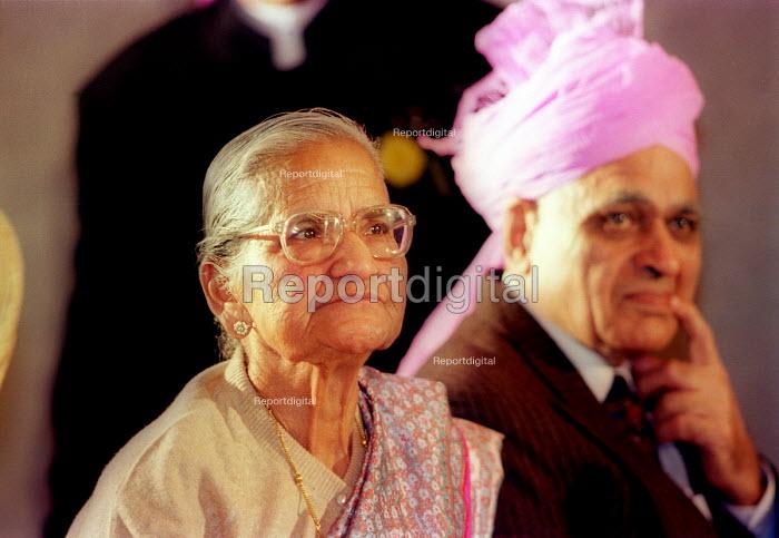 Parents, Asian wedding. London - Paul Box - 2000-07-14