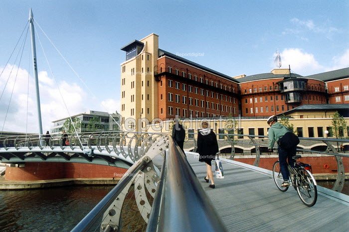 Office workers walking and cycling to work in the morning. Bristol & West Building Society Building Bristol Dockside - Paul Box - 2000-07-14