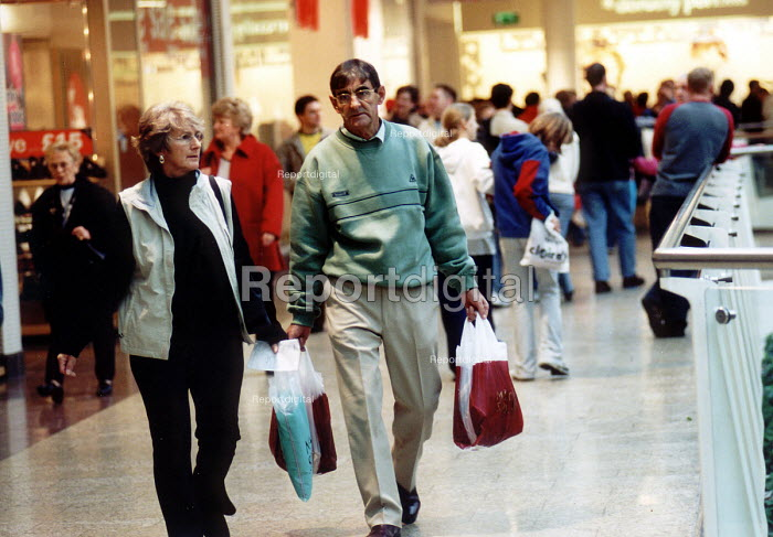 Shoppers with purchases, January sales, The Mall, Bristol. - Paul Box - 2002-08-14