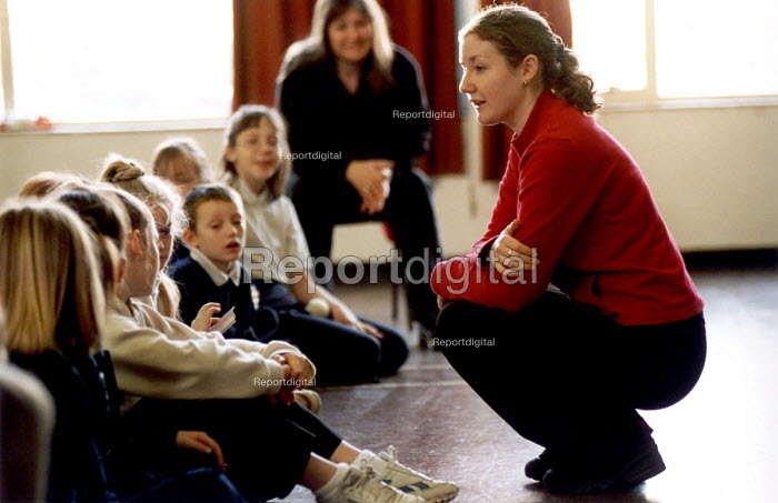 Pupils and teacher during a visit by the Centre for Sustainable Energy. Karren Farris is giving an interactive presentation to promote energy conservation. Whitehouse Primary School Hartcliffe Bristol. - Paul Box - 2002-01-15