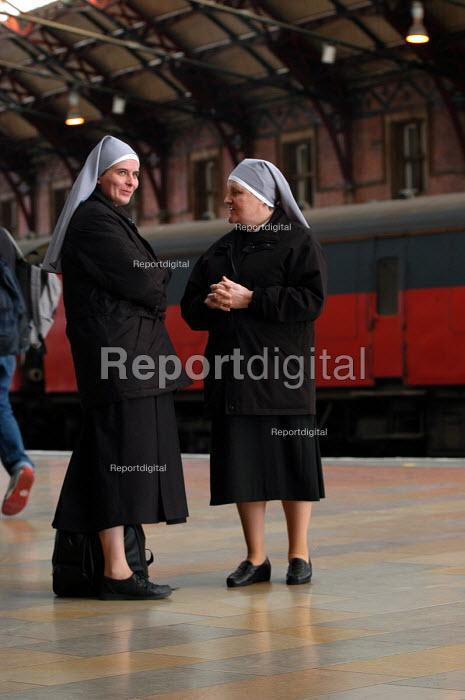 Nuns on a railway platform - Paul Box - 2003-10-18