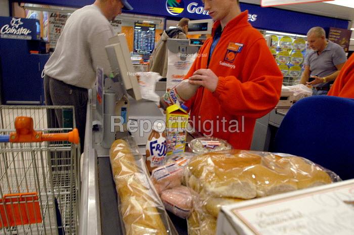 Customer at Sainsburys supermarket check out - Paul Box - 2003-11-01