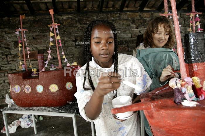 School pupils making models of the Brunel's SS Great Britain, Bristol. - Paul Box - 2006-07-06