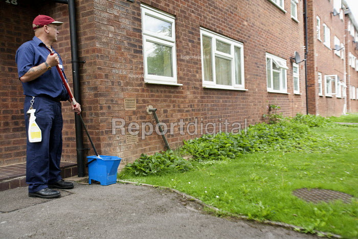 Selwood Housing maintenance man. Selwood manage and maintain quality affordable housing and provide support services for people in housing need - Paul Box - 2009-08-03