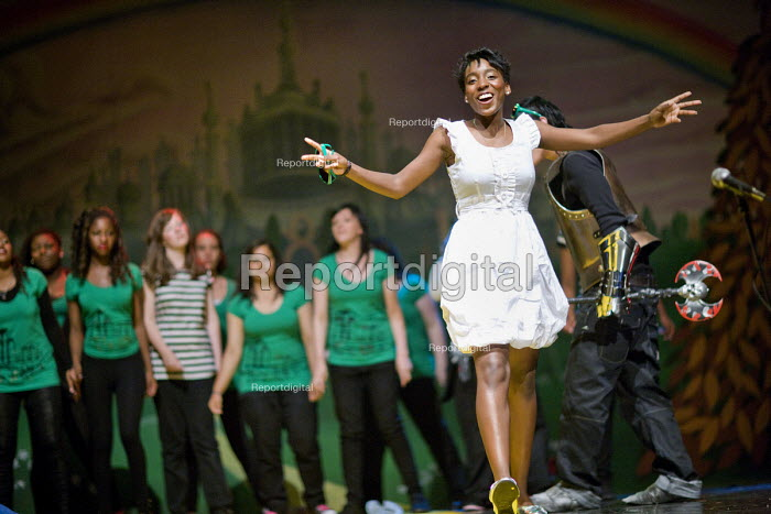 Pupils perform The Wizard of Oz at Bristol City Academy. - Paul Box - 2010-07-14
