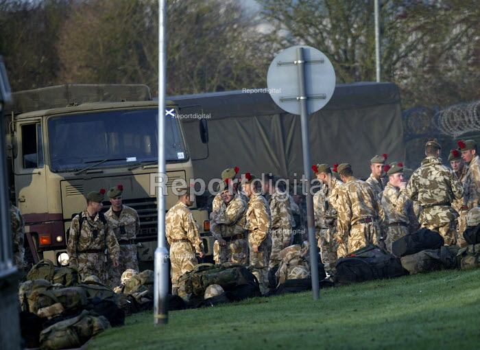 Soldiers unload luggage .The1st Battalion The Black Watch (Royal Highland Regiment) (1 BW) arrive back to their base on December 11, 2004 at the Battlesbury Barracks, Warminster, England. The troops had served in the Iraq war and had suffered casualties. The Battalion may be closed due to cuts . Soldiers at the barracks. - Paul Box - 2004-12-11