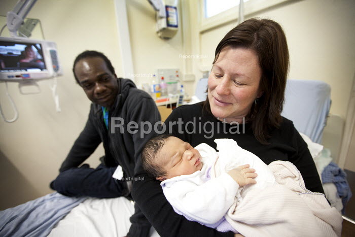 A Mother and father with their new born son, Southmead hospital, Bristol. - Paul Box - 2012-02-22