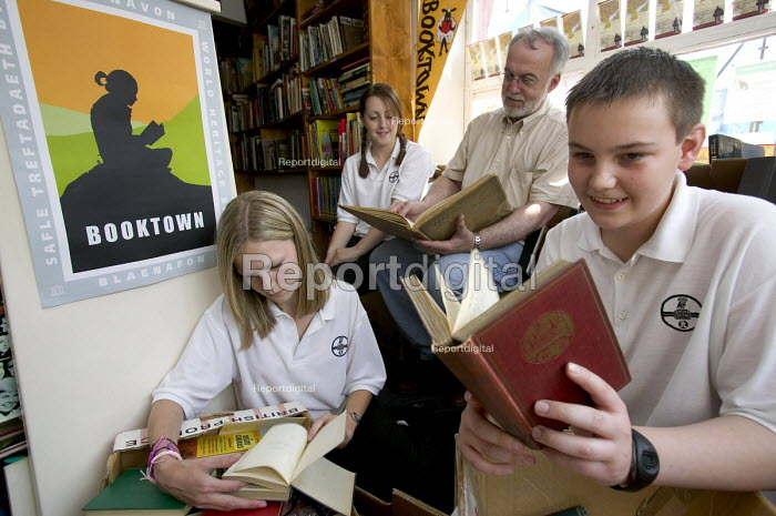 Children from the Abersychan school business book club get advice from James Hanna at Blaenavon bookshop, Blaenavon, Nr Pontypool a book town. - Paul Box - 2005-12-10