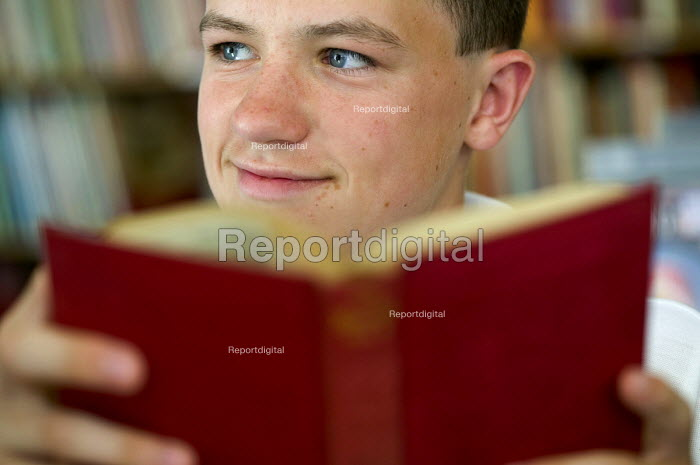 Children from the Abersychan school business book club at Blaenavon bookshop, Blaenavon, Nr Pontypool a book town. - Paul Box - 2005-12-10