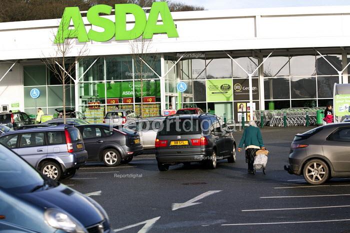 Shoppers in the car park at Asda Bangor, Wales - Paul Box - 2013-01-26