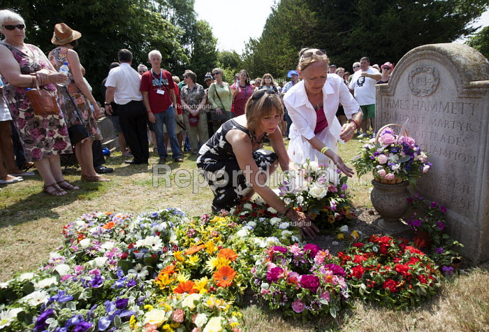 Members of the Tolpuddle martyrs family lay a wreath at the grave of James Hammett one of the Tolpuddle Martyrs. Tolpuddle Martyrs Festival. Tolpuddle - Paul Box - 2013-07-21