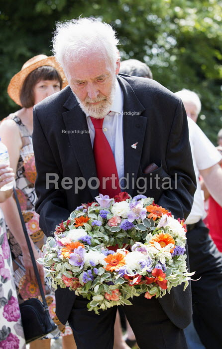 Tony Benn lays a wreath at the grave of James Hammett one of the Tolpuddle Martyrs. Tolpuddle Martyrs Festival. Tolpuddle - Paul Box - 2013-07-21