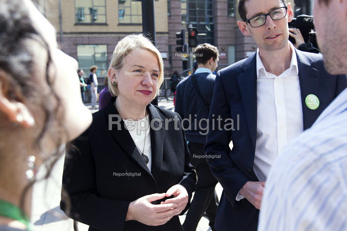 Natalie bennett the leader of The Green Party and Darren Hall Bristol west candidate, talks to doctors outside The Bristol Royal Infirmary, Emergency department, main entrance, Bristol. - Paul Box - 2015-04-20