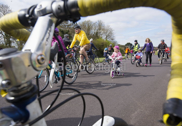 Cycle Sunday, roads on Clifton Downs are closed to help children learn to ride a bicycle, Bristol. Car free cycling as the roads are closed to traffic so children can cycle in safety - Paul Box - 2015-04-19