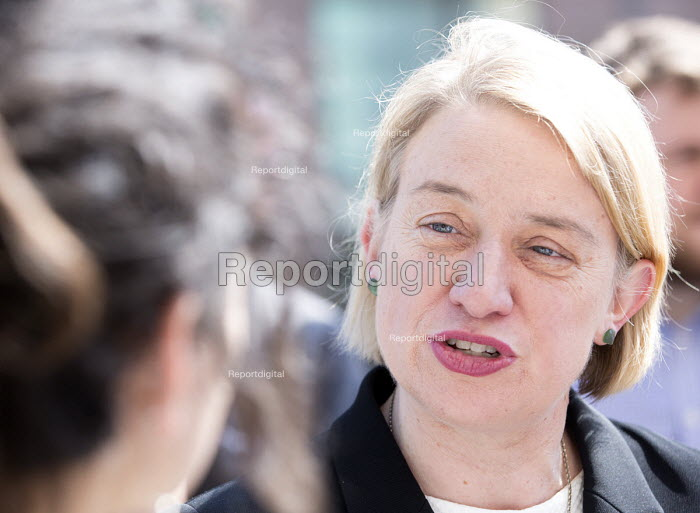 Natalie bennett the leader of The Green Party, talks to doctors outside The Bristol Royal Infirmary, Emergency department, main entrance, Bristol. - Paul Box - 2015-04-20
