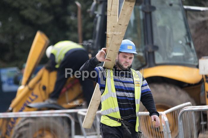 A builder working on new energy efficient homes, Barratt Homes, Hanham Hall, Bristol - Paul Box - 2015-03-12