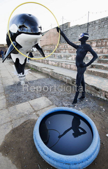 Dismaland a parody of Disneyland theme park by Banksy, Weston Super Mare. A killer whale jumping out of a toilet through a hoop Banksy at the Bemusement Park. - Paul Box - 2015-08-27