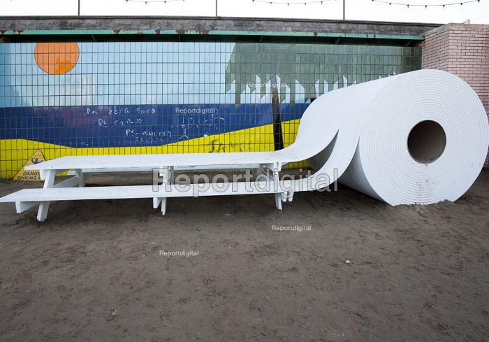 Dismaland a parody of Disneyland theme park by Banksy, Weston Super Mare. American furniture twerker Michael Beitz toilet roll picnic table at the Bemusement Park. - Paul Box - 2015-08-27