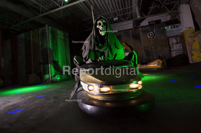 Dismaland a parody of Disneyland theme park by Banksy, Weston Super Mare. Death, The grim reaper riding the dodgems at the Bemusement Park. - Paul Box - 2015-09-07