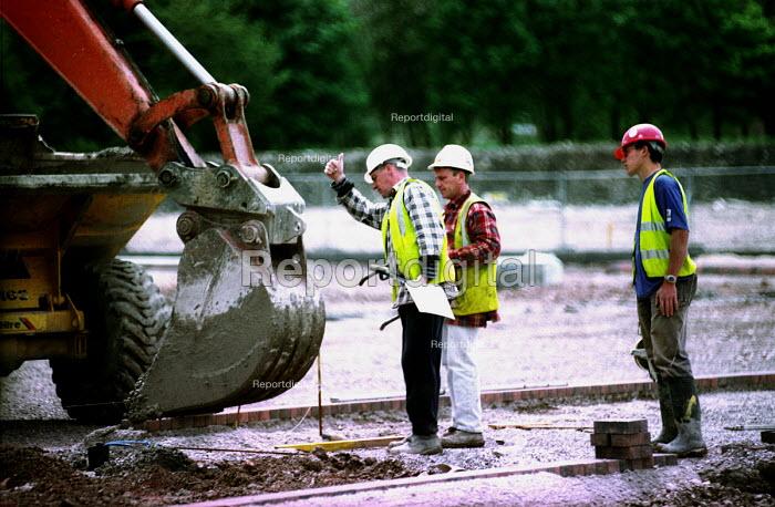 Builders on site, south Bristol - Paul Box - 2003-11-01