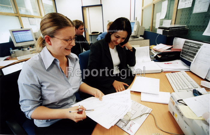 Woman manager helping a colleague. - Paul Box - 2003-04-26
