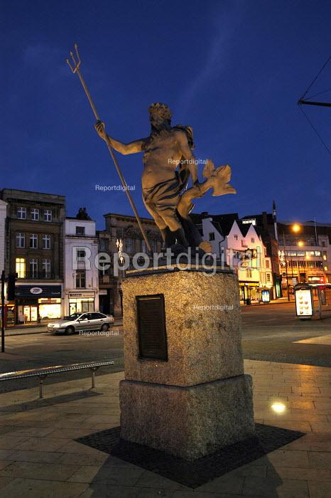 Bristol center at dusk. Neptune statue - Paul Box - 2003-11-28