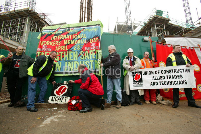 George Brunwell Gen Sec UCATT laying a wreath at Workers Memorial Day protest at deaths in the construction industry. Wembley London. Organised by the Construction Safety Campaign with the trades unions. - Paul Box - 2004-04-28