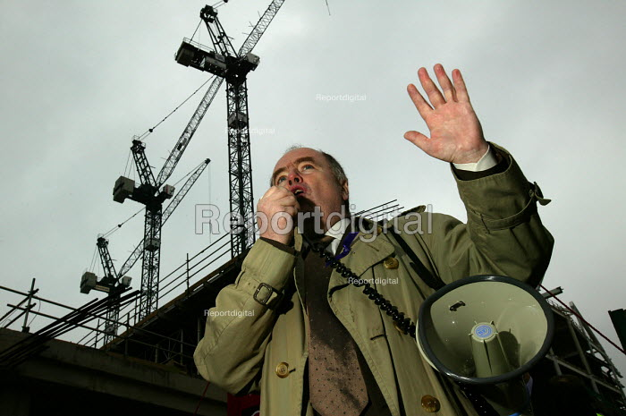 Jack Dromey TGWU Dep. Gen Sec speaking at Workers Memorial Day protest at deaths in the construction industry. Wembley London. Organised by the Construction Safety Campaign with the trades unions. - Paul Box - 2004-04-28