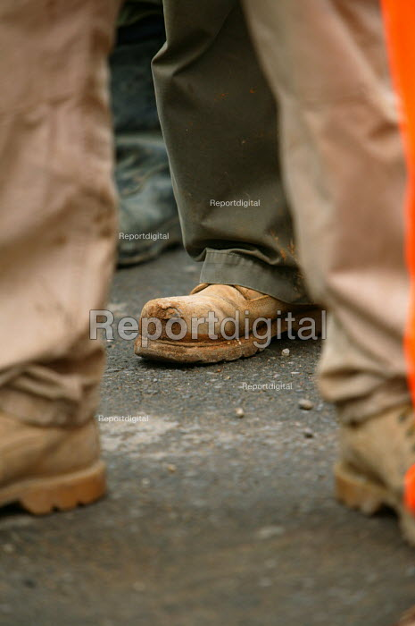 Construction workers. Steel toe cap boots. - Paul Box - 2004-04-28