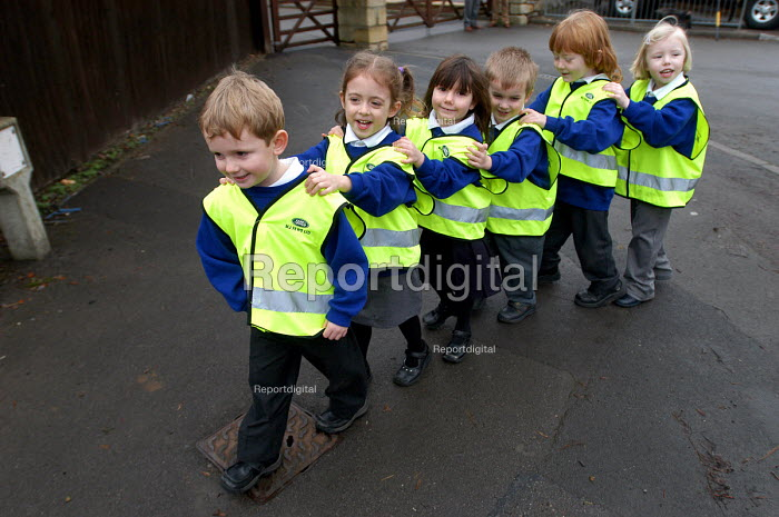 Children from a Gloucestershire primary school walking to school on the walking bus to replace the school run, and increase road safety for children walking to school. - Paul Box - 2004-02-02