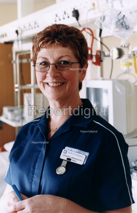 A sister working in the Nuffield Hospital, Bristol . A private hospital - Paul Box - 2003-11-01