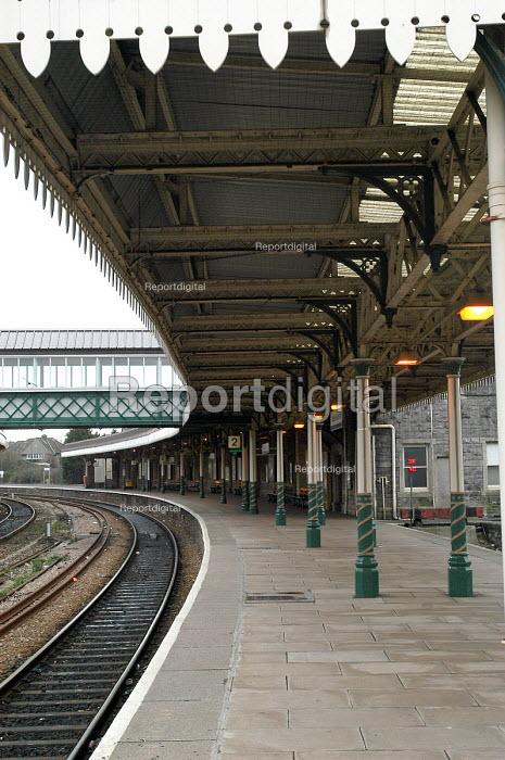 Weston Super Mare railway station and platform - Paul Box - 2004-03-20