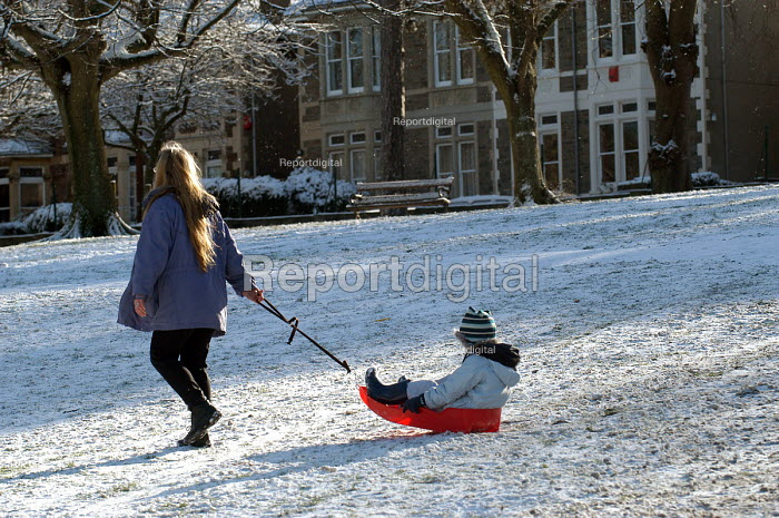 A mother, child and sledge, St Andrews park , Bristol - Paul Box - 2004-02-10