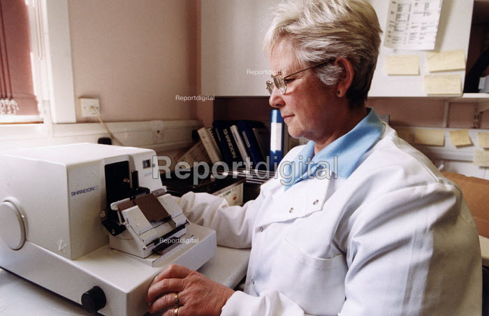 A pathologist examines a cell at the Nuffield Hospital, Bristol . A private hospital. - Paul Box - 2003-11-01