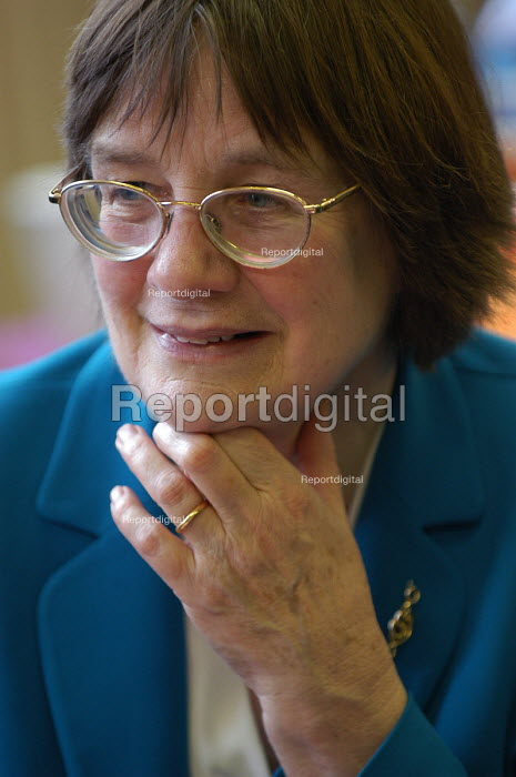 Valery Davey MP at a Connexions organised meeting pros and cons in education system for school leavers - Paul Box - 2004-02-19