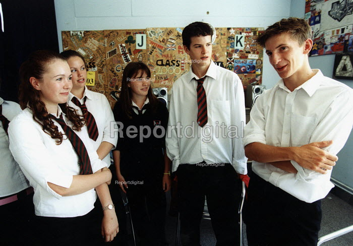 Marlwood school, Olveston nr Bristol, sixth form students talk to the year below about the sixth form - Paul Box - 2004-06-15