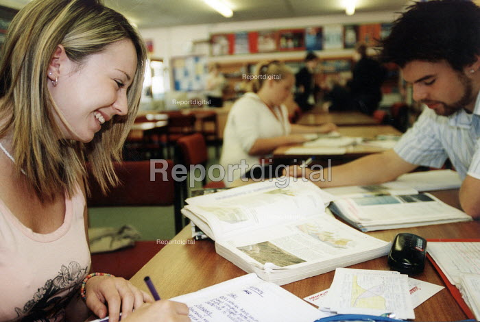 Marlwood school, Olveston nr Bristol, sixth form pupils revise for exams in the library - Paul Box - 2004-06-15