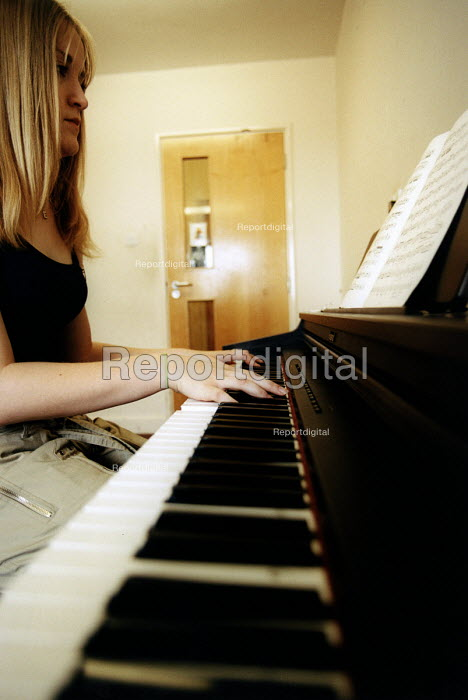 Marlwood school, Olveston, Bristol, sixth form pupil playing the piano in music lesson. - Paul Box - 2004-06-15