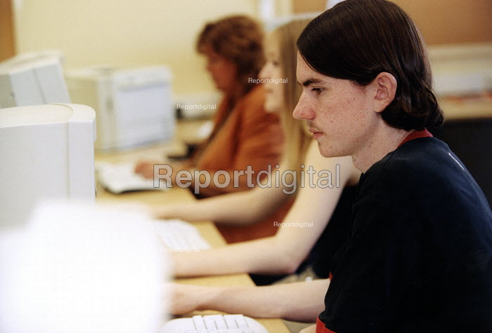 Marlwood school, Olveston nr Bristol, sixth form pupils using computer in the IT department - Paul Box - 2004-06-15