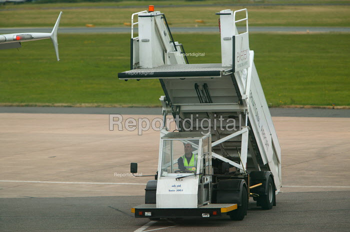 Exeter airport, ground staff towing steps. - Paul Box - 2004-06-10