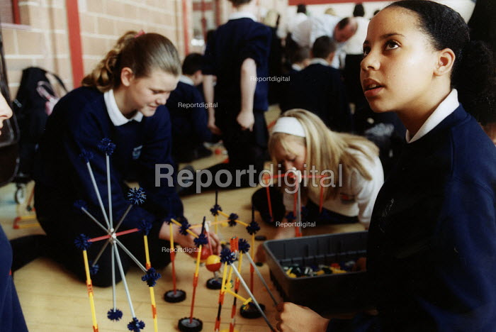 Pupils at science challenge in Leeds - Paul Box - 2004-07-10