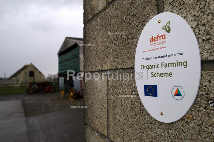 Defra organic farming scheme. A rented dairy farm in Gloucestershire. - Paul Box - 2004-07-02